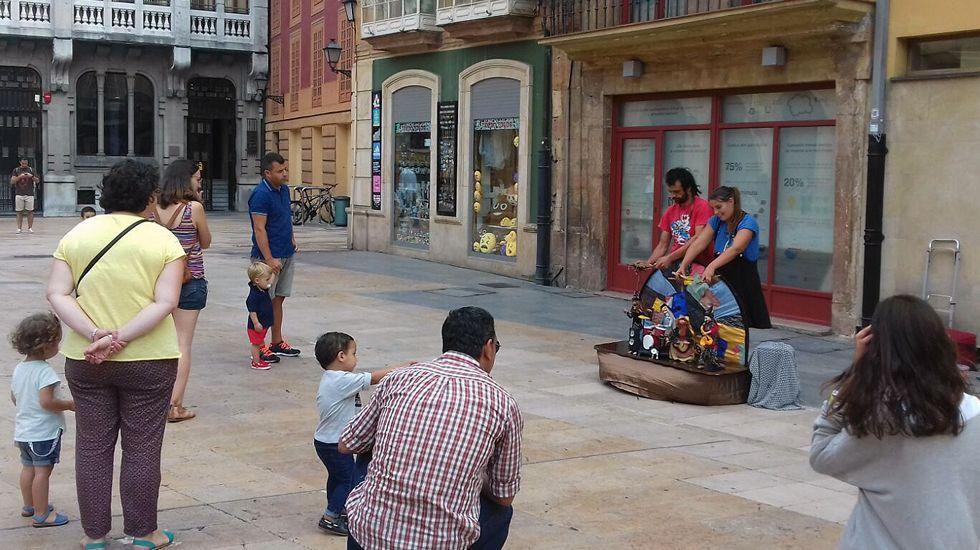 Un espectáculo de títeres en la plaza del Ayuntamiento de Oviedo.Un espectáculo de títeres en la plaza del Ayuntamiento de Oviedo