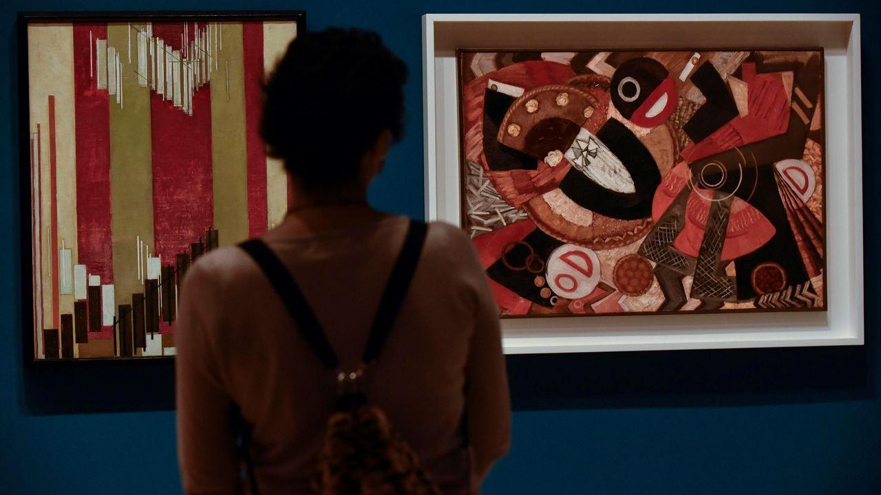 Una visitante observa las obras «Langage vertical» y «Gateu» (derecha), de Frank Kupka