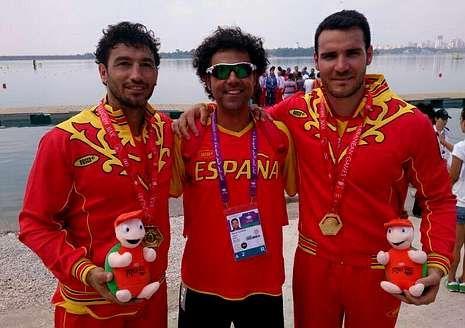 «Perucho» y Craviotto -a la derecha- posan con el oro de Mersin.