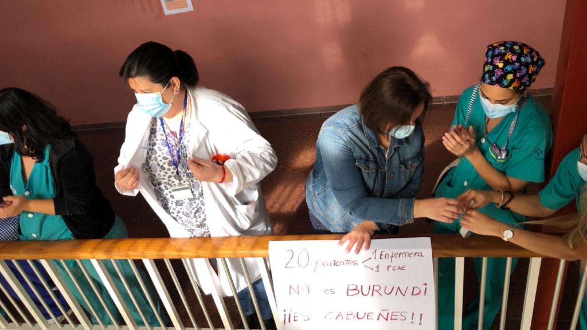 Trabajadoras, durante la protesta en el hospital de Cabueñes