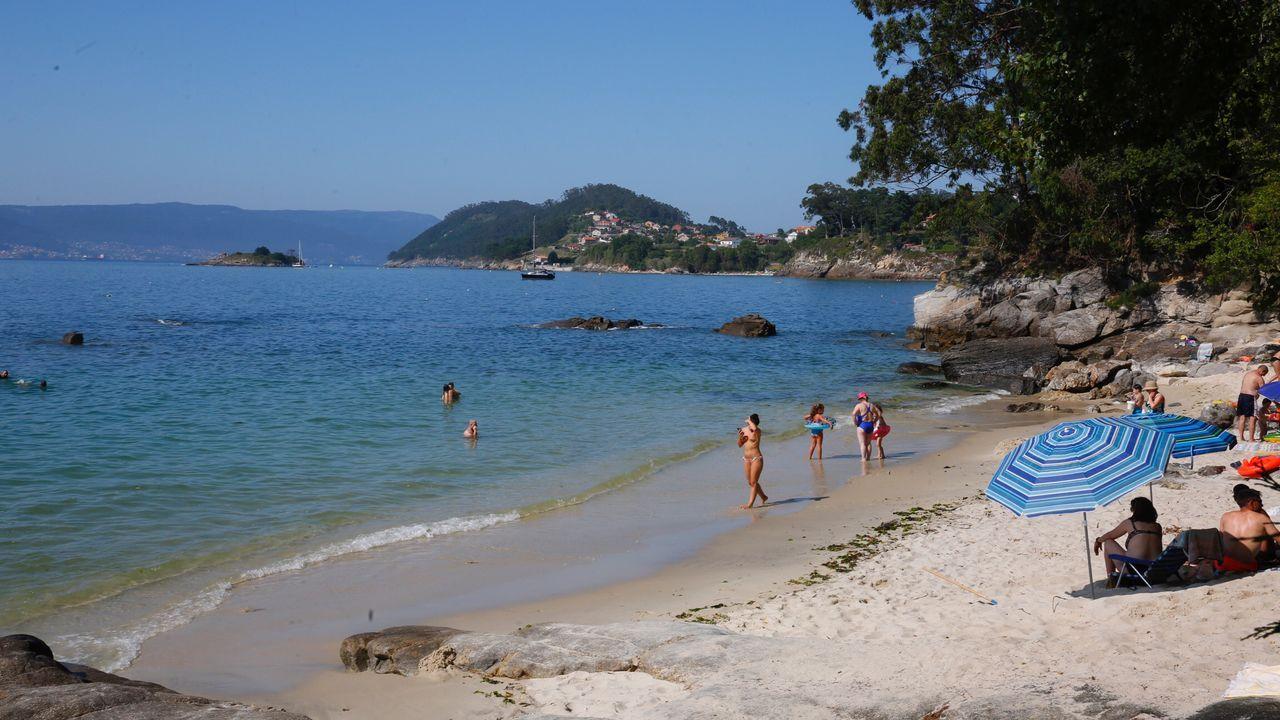 Playa de Covelo. Bueu.  En la ría de Pontevedra quedan pocos tesoros por descubrir sin aglomeraciones. Uno de ellos es este. Entre las concurridas playas de Lapamán y Portomaior se encuentra esta cala de arena fina y blanca y aguas cristalinas.
