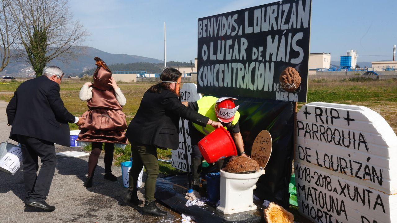 Borja Balea, con el proyectil que se encontró en la costa