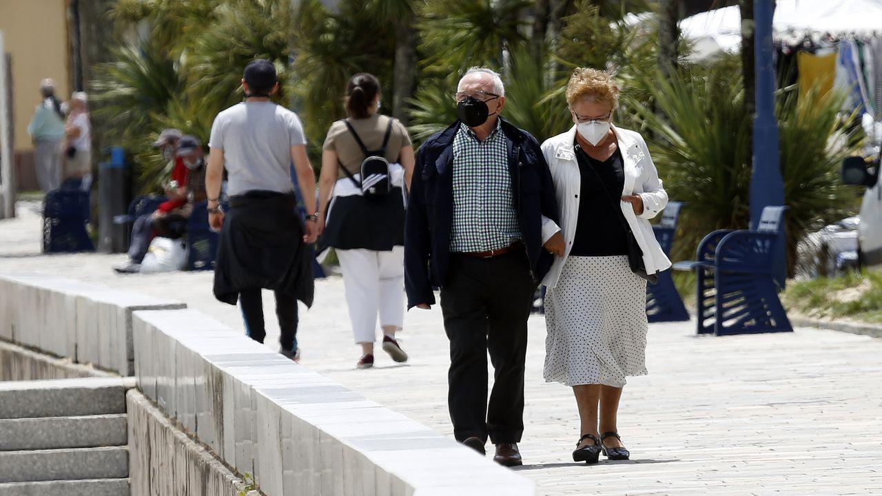 La Patrulla Águila, en Santiago.Imagen de gente paseando por el paseo de Os Areos de A Pobra, concello donde se ha originado un nuevo brote de covid