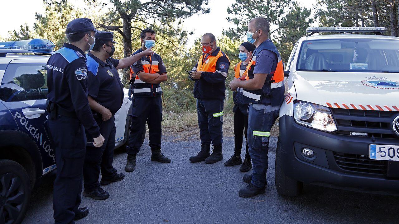 Novena jornada de búsqueda.Integrantes de la Policía Local y Protección Civil de Porto do Son instantes antes de iniciar la novena jornada de búsqueda