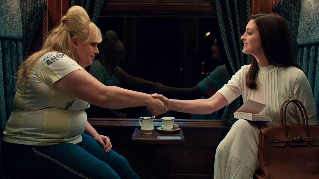 Rebel Wilson y Anne Hathaway (derecha) protagonizan el filme de Chris Addison
