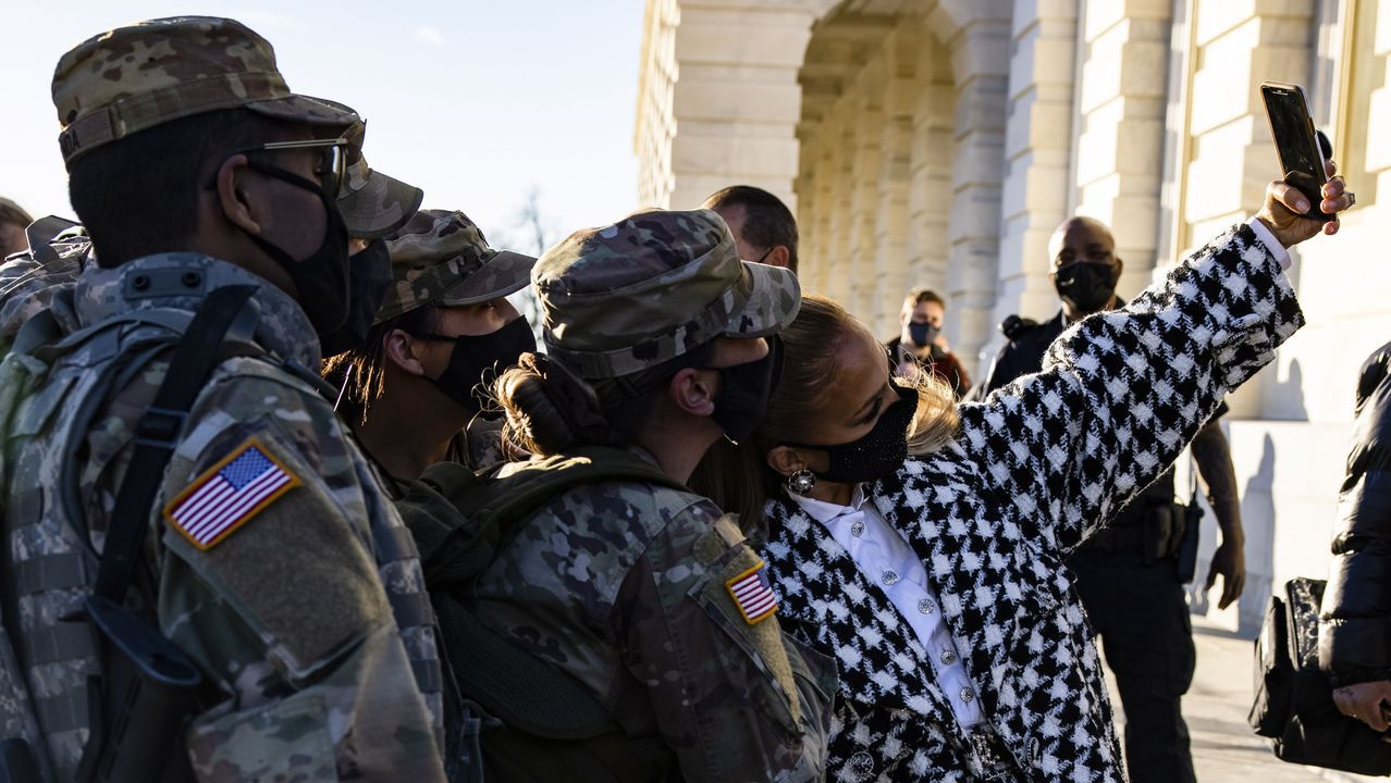 Investidura de Joe Biden.Jennifer Lopez se fotografió con soldados desplegados en Washington