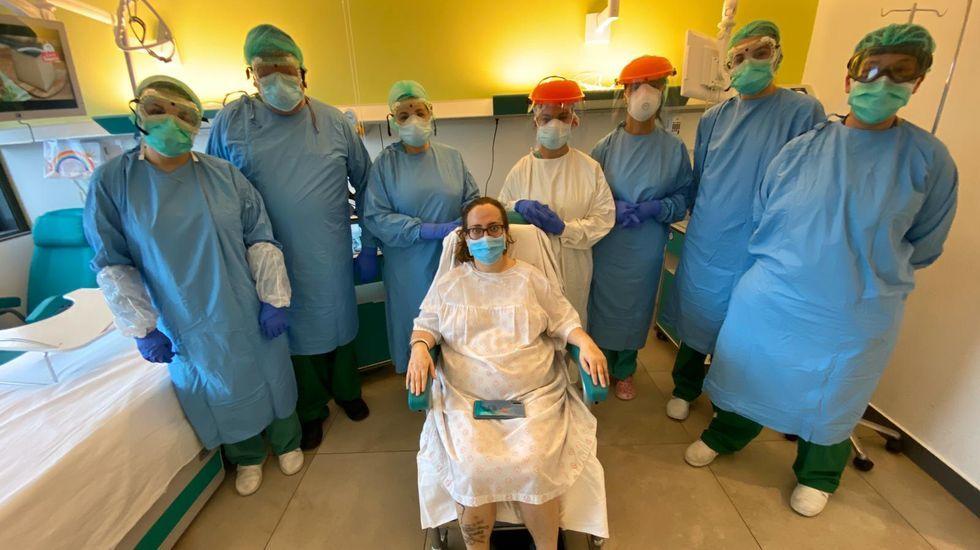 De vuelta a casa después de 48 días enel hospital.Laura Martínez, con algunos de los sanitarios del CHUO, hospital en el que está ingresada