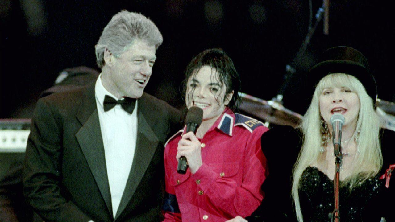 Jackson, entre Bill Clinton y Stevie Nicks, en una actuación en 1993