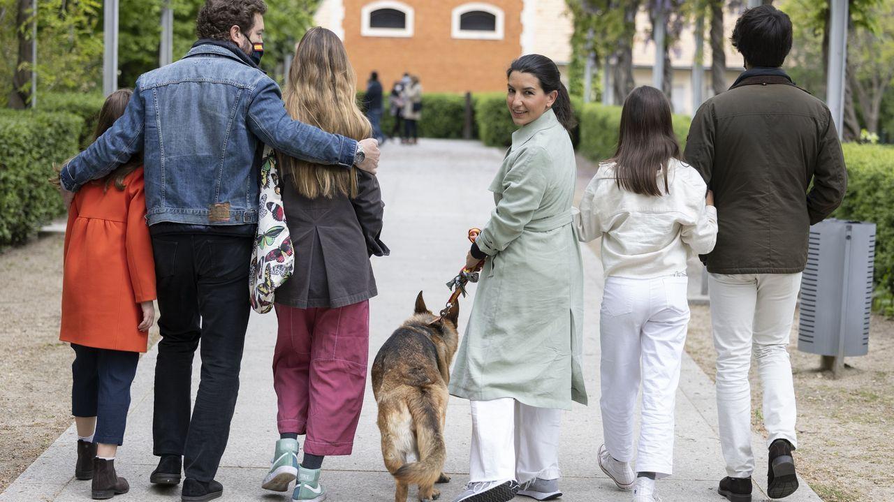 Rocío Monasterio, este lunes, paseando con su marido, Iván Espinosa de los Monteros, sus cuatro hijos y su perro