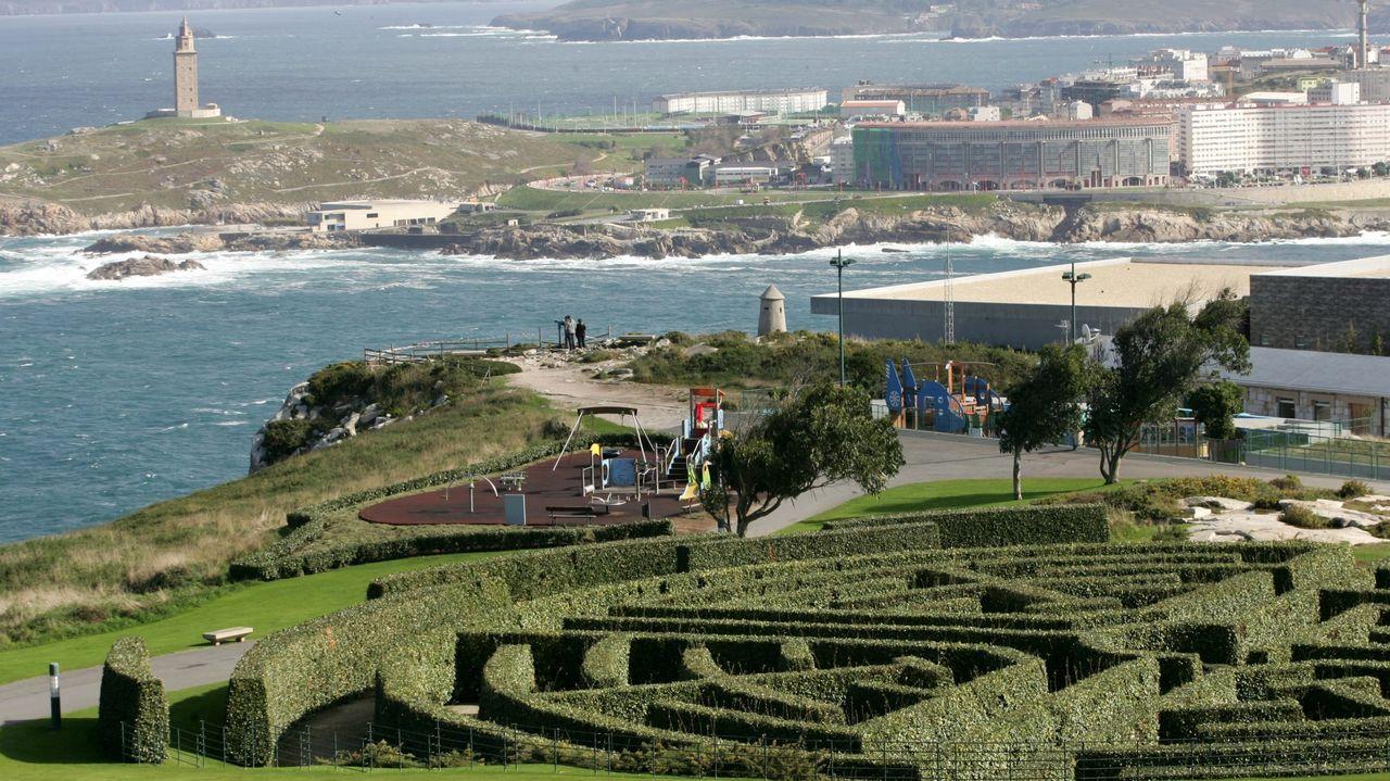 Vista de la costa de A Coruña y la Torre de Hércules desde el parque del monte de San Pedro