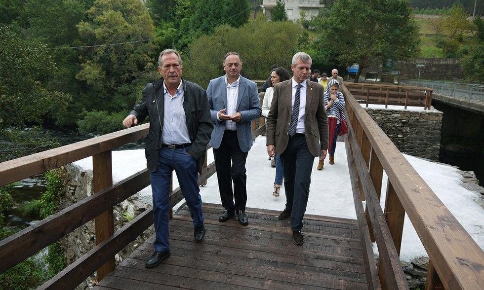El vicepresidente Alfonso Rueda (derecha) visitó el puente junto a los alcaldes de Touro y Vila de Cruces.