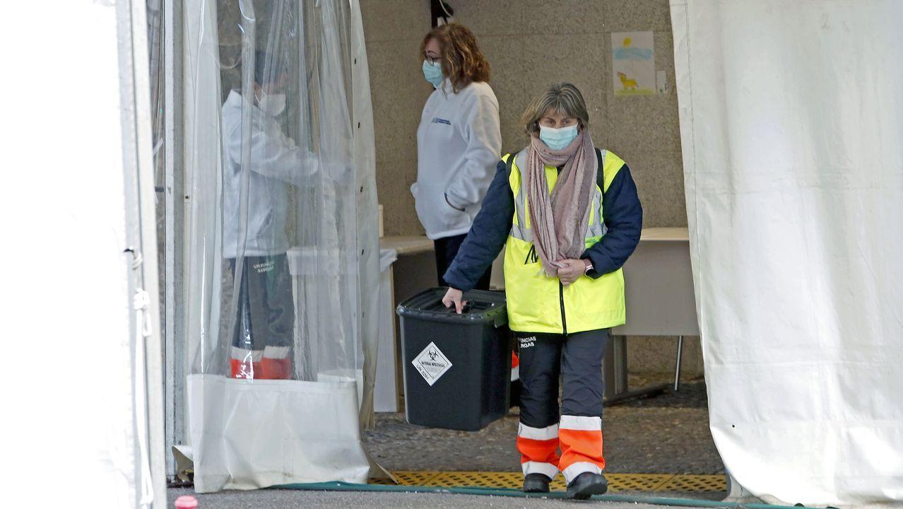Personal que realiza pruebas PCR en el covid auto del Hospital Provincial de Pontevedra