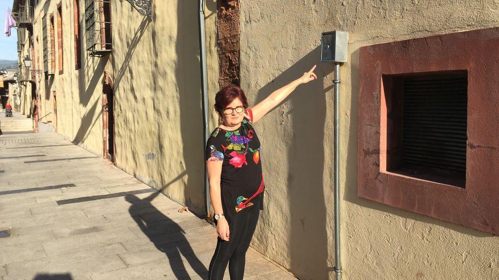 La hostelera Teresa Herrero señala la caja que fue saboteada en O Barco, que provocó una fuga de gas