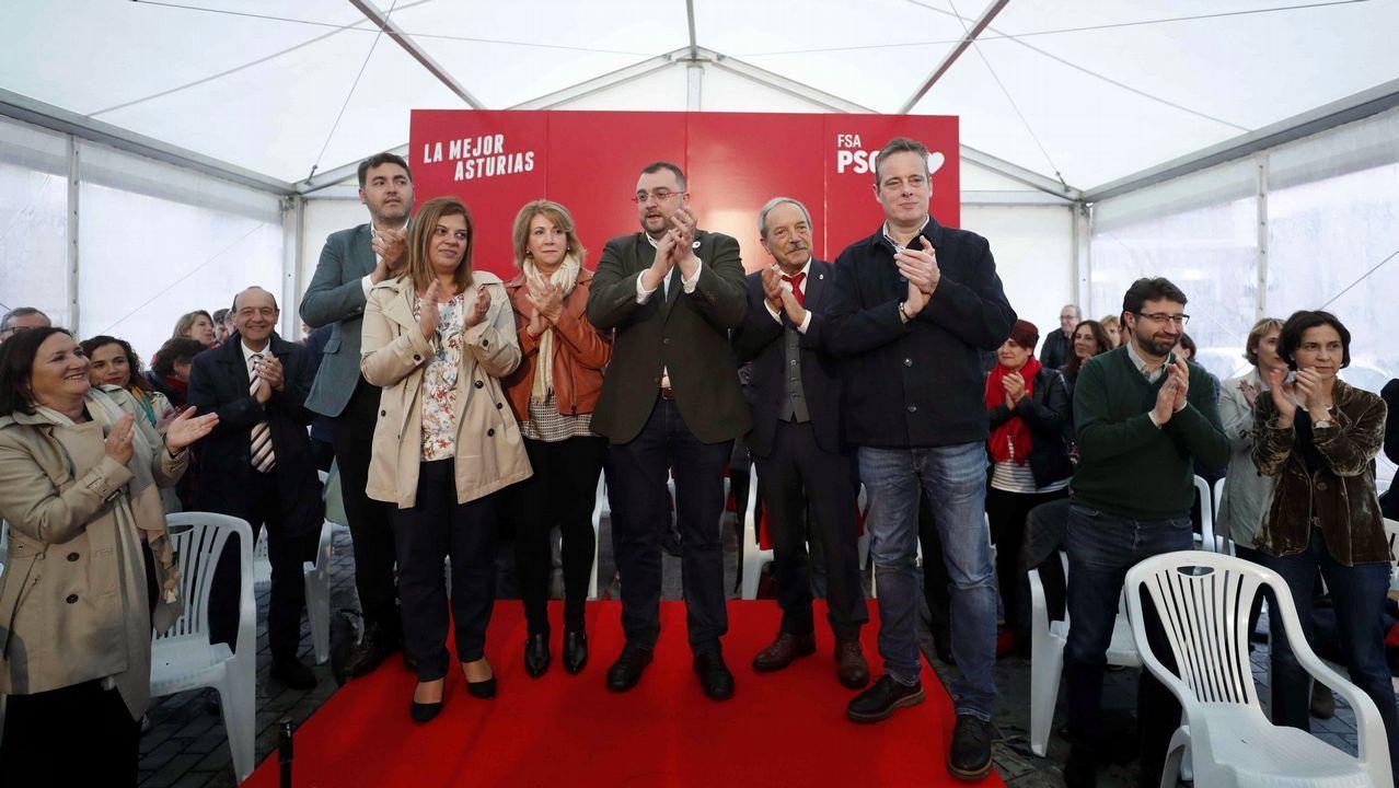 El PSOE inicia su campaña en el corazón de Oviedo.El nuevo presidente del Principado, Adrián Barbón (c), a su llegada a la fotografía de familia con los miembros de su gabinete este jueves en el Parlamento regional, tras la toma de posesión de sus integrantes y la primera reunión del equipo