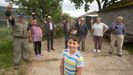 Siete de los nueve vecinos de Chandeiro con el nieto mimado de la aldea, Yago