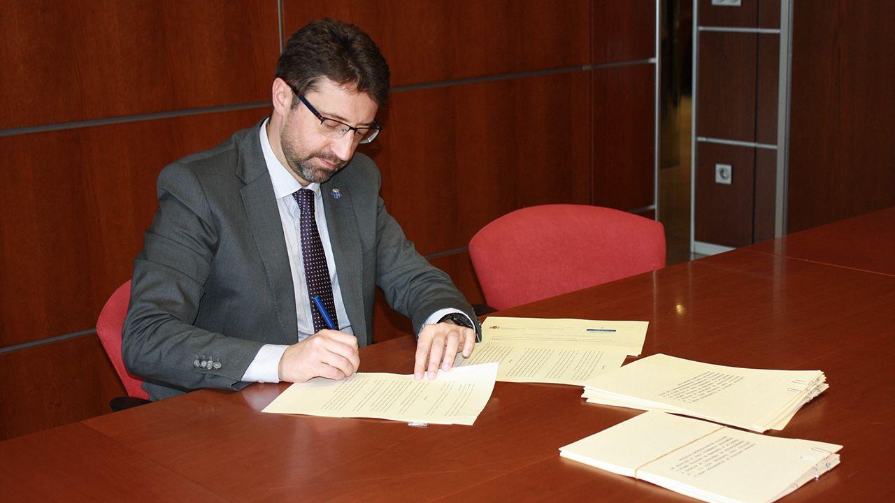 El consejero de Industria, Enrique Fernández, firma los fondos mineros