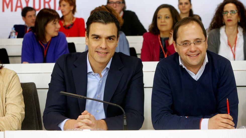 En diciembre del 2015, el comité federal del PSOE vetó cualquier intento de Sánchez (en la imagen, acompañado aquel día de César Luena, su secretario de organización) de negociar con Podemos