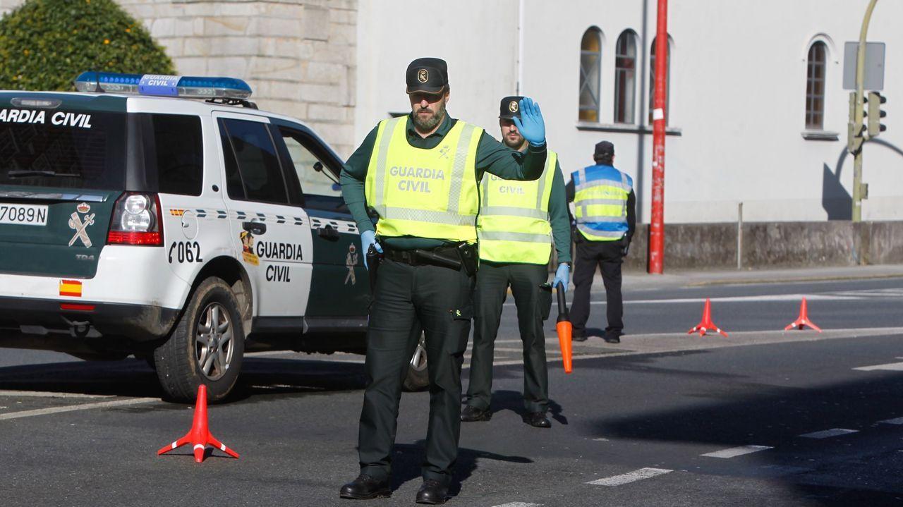 Agentes de la Policía Local de Fene y de la Guardia Civil en un reciente control de las normas covid