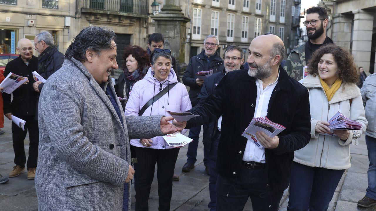Néstor Rego este sábado, entregando a los viandantes folletos informativos sobre el acuerdo entre BNG y PSOE
