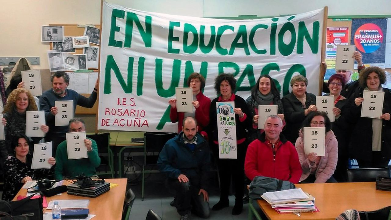 Profesores del instituto Rosario Acuña reclaman la reducción de la carga lectiva.Profesores del instituto Rosario Acuña reclaman la reducción de la carga lectiva