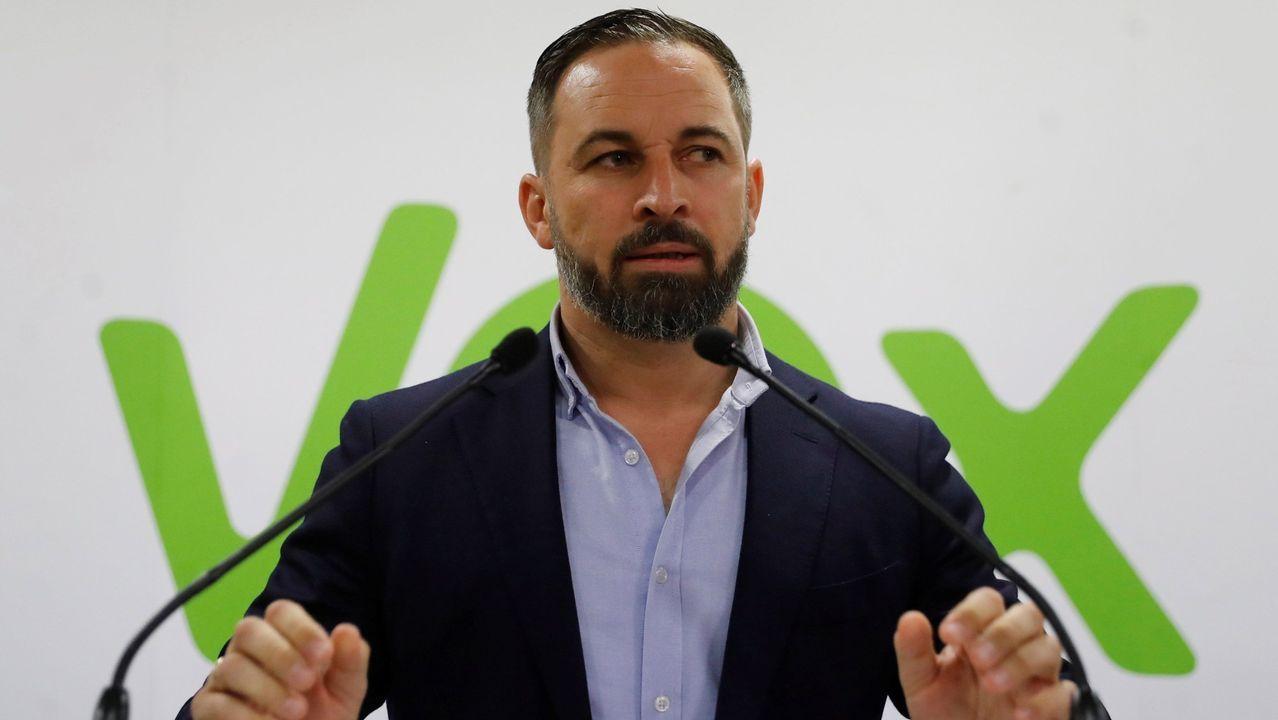 Miembros de Greenpeace y Ecologistas en Acción, en la presentacion del recurso.El presidente de Vox, Santiago Abascal