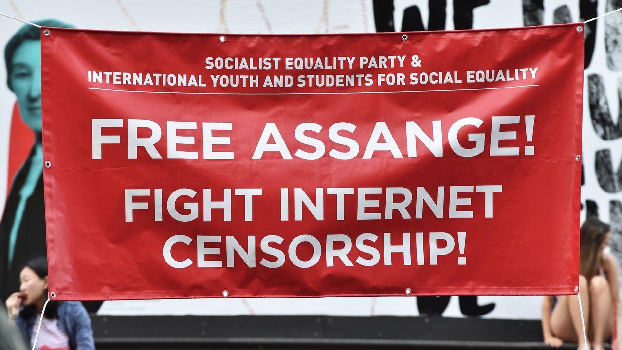 Varias personas se manifiestan en apoyo del líder de Wikileaks, detenido en la embajada de Ecuador en Londres