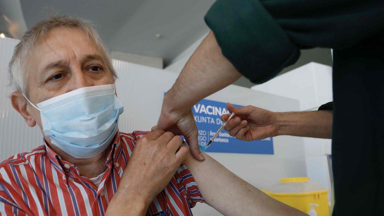 Parte de los vacunados de 50 a 59 años pasaron por la carpa instalada en la parte de atrás del hospital de Barbanza