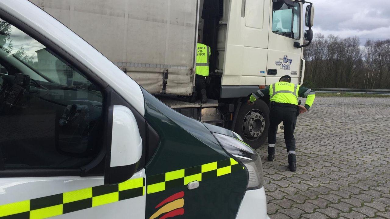 Dos agentes de la Guardia Civil de Tráfico de Galicia inspeccionando un camión este miércoles