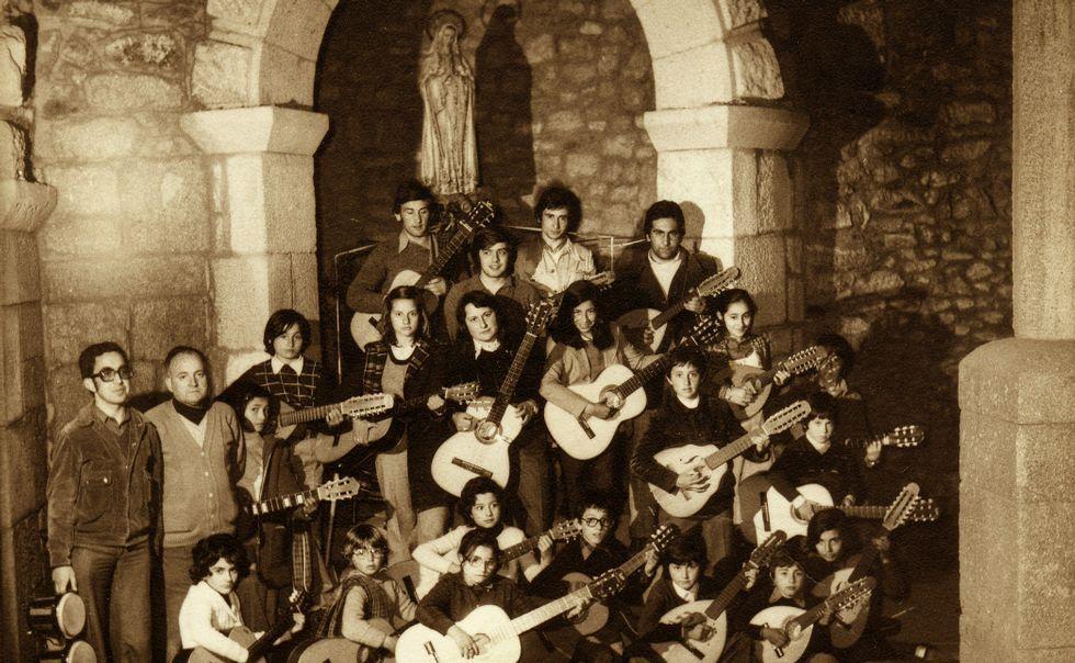 Comienza el certamen celtibérico infantil de bandas de gaitas.Fray Sergio María pasa con su burra «Blanca» al pie de las terrazas vitícolas de San Fiz, en el municipio de Chantada.