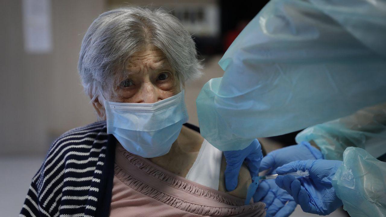Marité, una mujer de 100 años, recibe su vacuna en la residencia Padre Rubinos de A Coruña el pasado 15 de e febrero