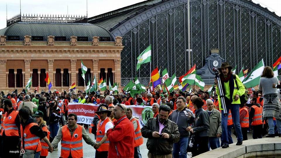 Familiares y amigos despidien a Antonio Morales.Manifestantes cerca de Atocha