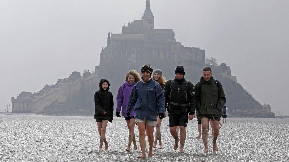 Miles de curiosos esperan la llegada de la ola «Mascaret» a los pies del Monte Saint Michel