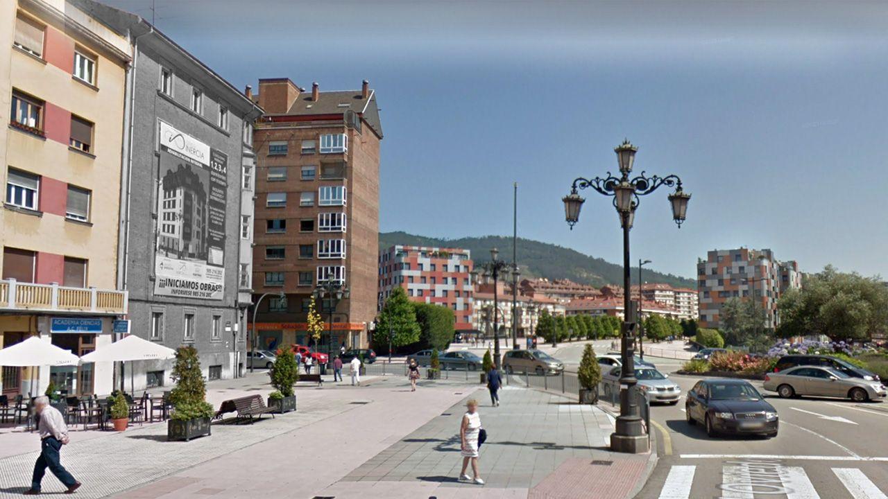 A la izquierda, destacada en blanco y negro, la Casa de los Tiros de Oviedo poco antes de su reforma. Durante la Guerra Civil no había edificios a sus lados, por lo que sirvió de punto estratégico del cerco republicano a la ciudad