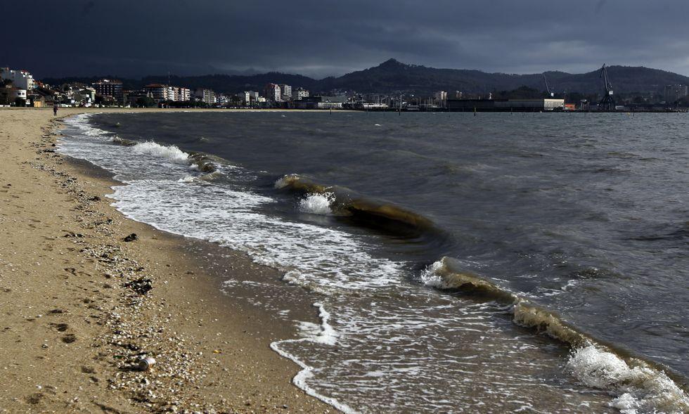 Los primeros síntomas del temporal que se avecinaba se dejaban ver ayer en A Compostela.