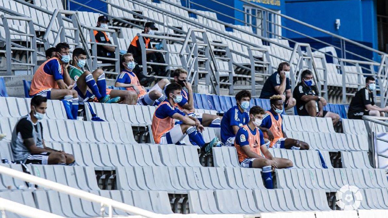 Banquillo del Oviedo durante el partido ante el Cartagena