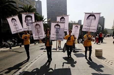 <span lang= es-es >«Vivos se los llevaron»</span>. El lema sigue vivo: «Vivos los queremos». Ayer volvió a haber en todo México protestas por los estudiantes desaparecidos en Iguala.