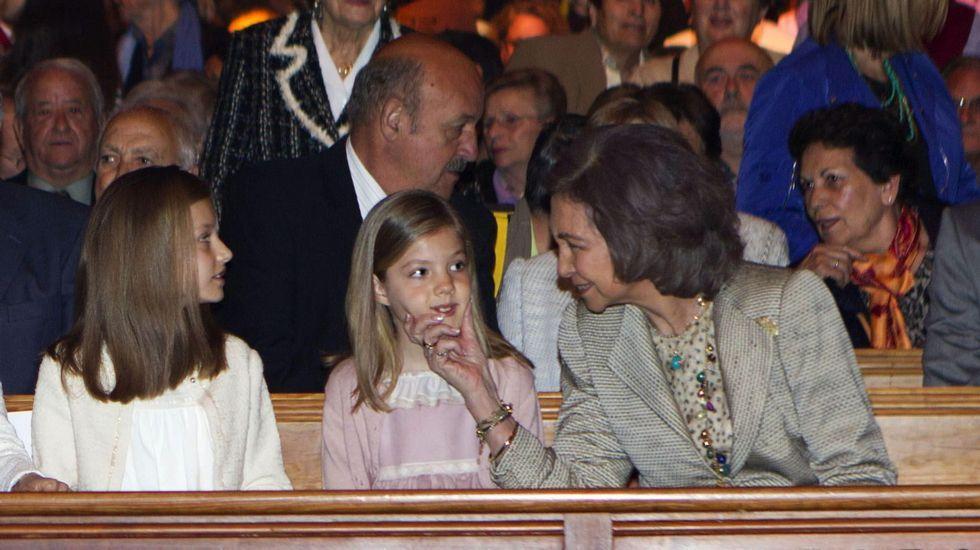 Ya en el interior de la Catedral de Palma de Mallorca, la reina Sofía le hace un cariñoso gesto a su nieta Sofía.