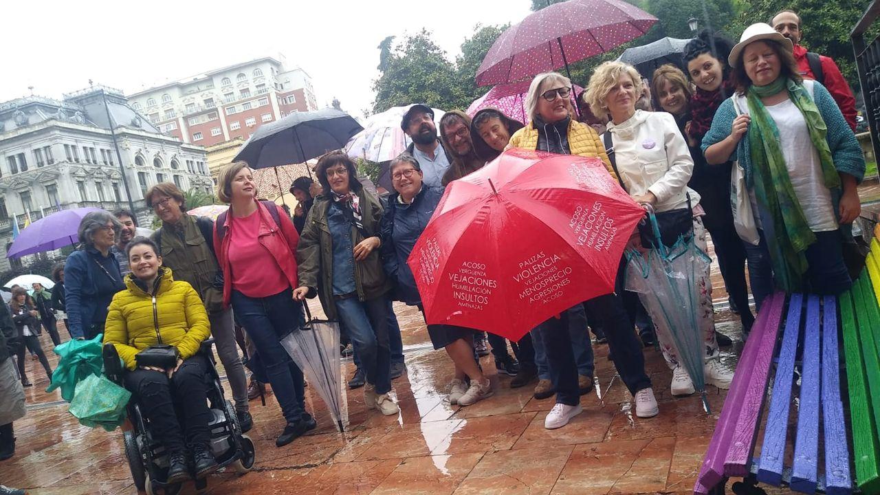 Rueda .Concentración en La Escandalera para reclamar el mantenimiento del color arcoiris en los bancos de la plaza