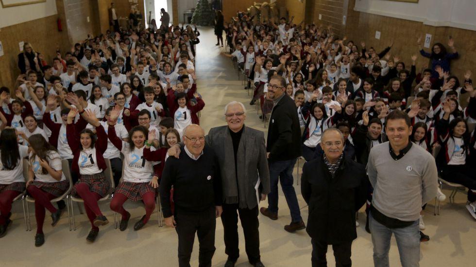 Victor Freixanes (primeiro pola esquerda), presidente da RAG, estivo na presentación do programa no único centro privado galego que participa na iniciativa, o Fogar de Santa Margarida.