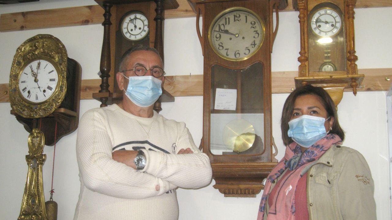 50 años de excavaciones en el castro de Viladonga.Armando Chao, que en la foto aparece con su mujer, dice que el oficio de relojero requiere paciencia