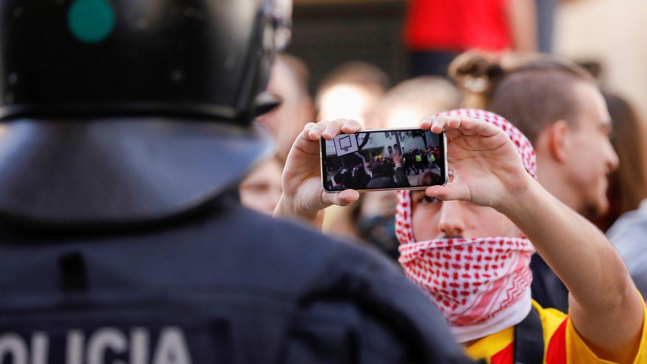 Los antidisturbios franceses comienzan a desalojar a los independentistas en la frontera.Lanzamiento de globos con pintura. Los CDR volvieron a agitar las calles de Barcelona con una convocatoria a la que acudieron pertrechados con globos llenos de pintura. Los radicales lanzaron estos globos contra la Consejería de Interior, a cuyas puertas pidieron la dimisión de Buch.