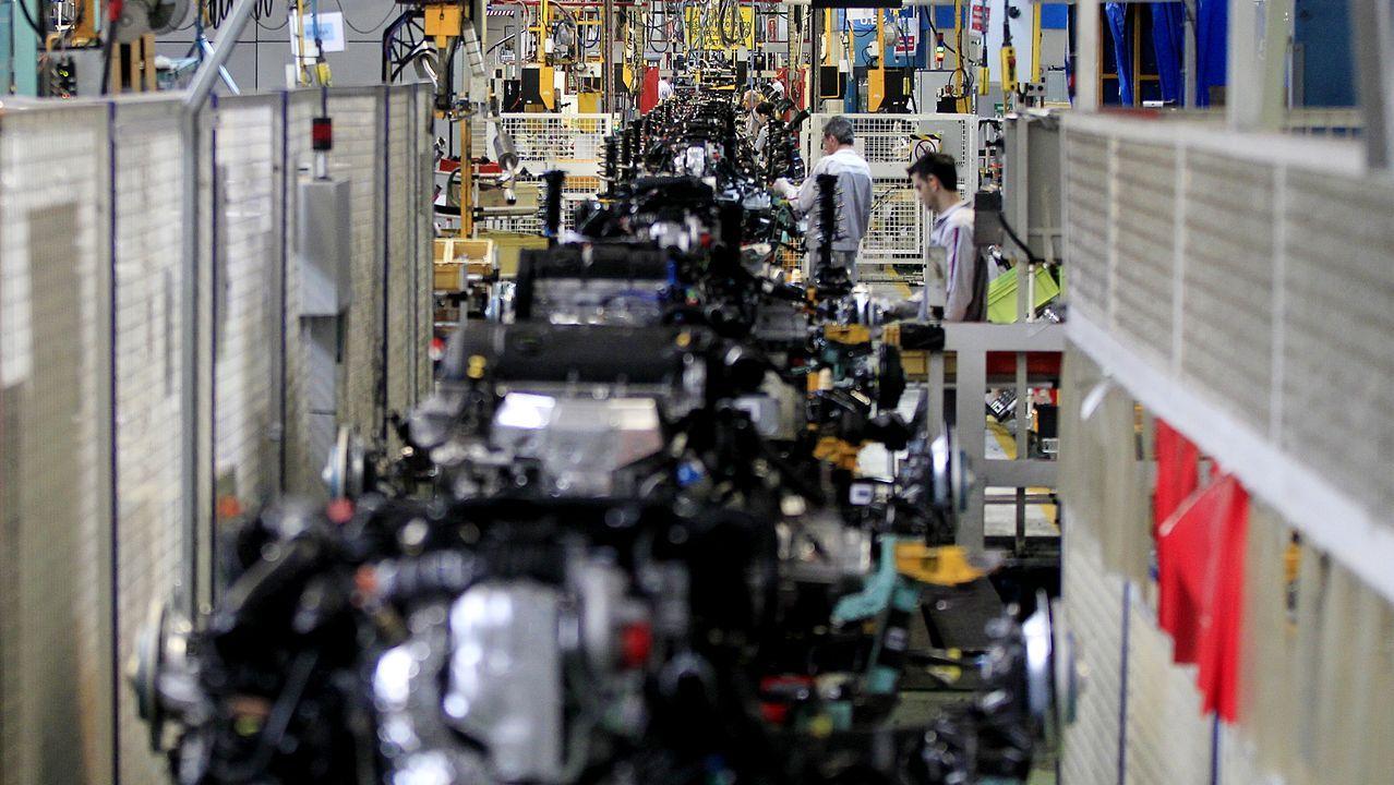 Alcoa mantiene en San Cibrao la única fábrica de aluminio primario de España; en la foto, lingotes de metal salen en tren