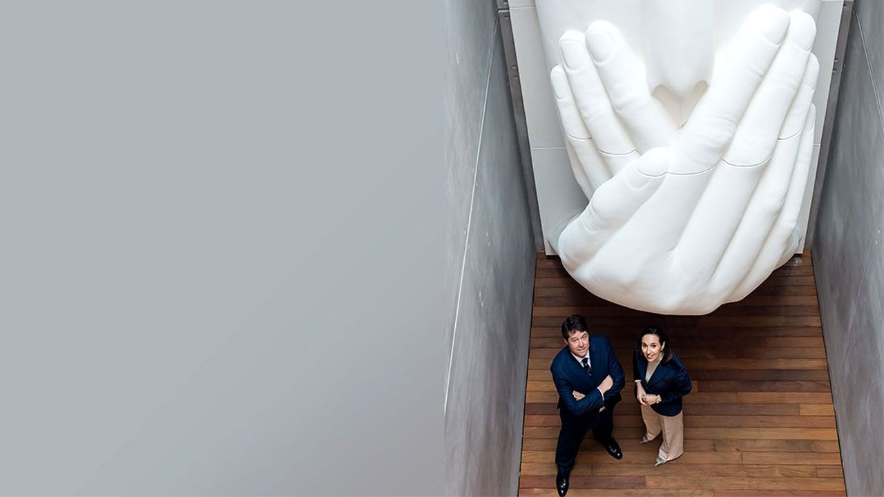 Fernando Masaveu y Carolina Compostizo junto a una obra de Plensa