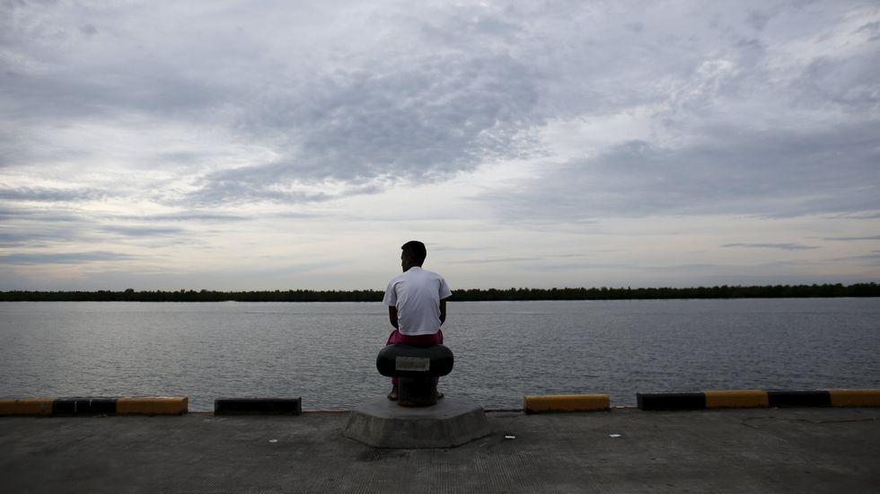 Quince días de acogida.Un inmigrante indonesio mira al mar desde Malasia.