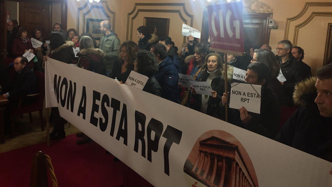 Protesta antes y durante el pleno de funcionarios que rechazan la propuesta de relación de puestos de trabajo