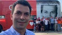El selfi del candidato. Caballero, junto a su equipo y el autobús inglés que está llevando por Galicia
