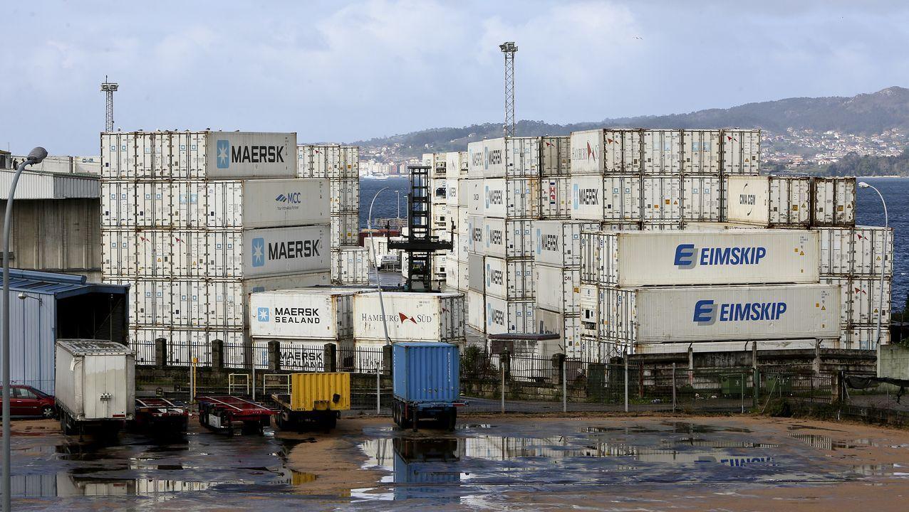 Contenedores apilados en la terminal de mercancías del puerto de Vigo