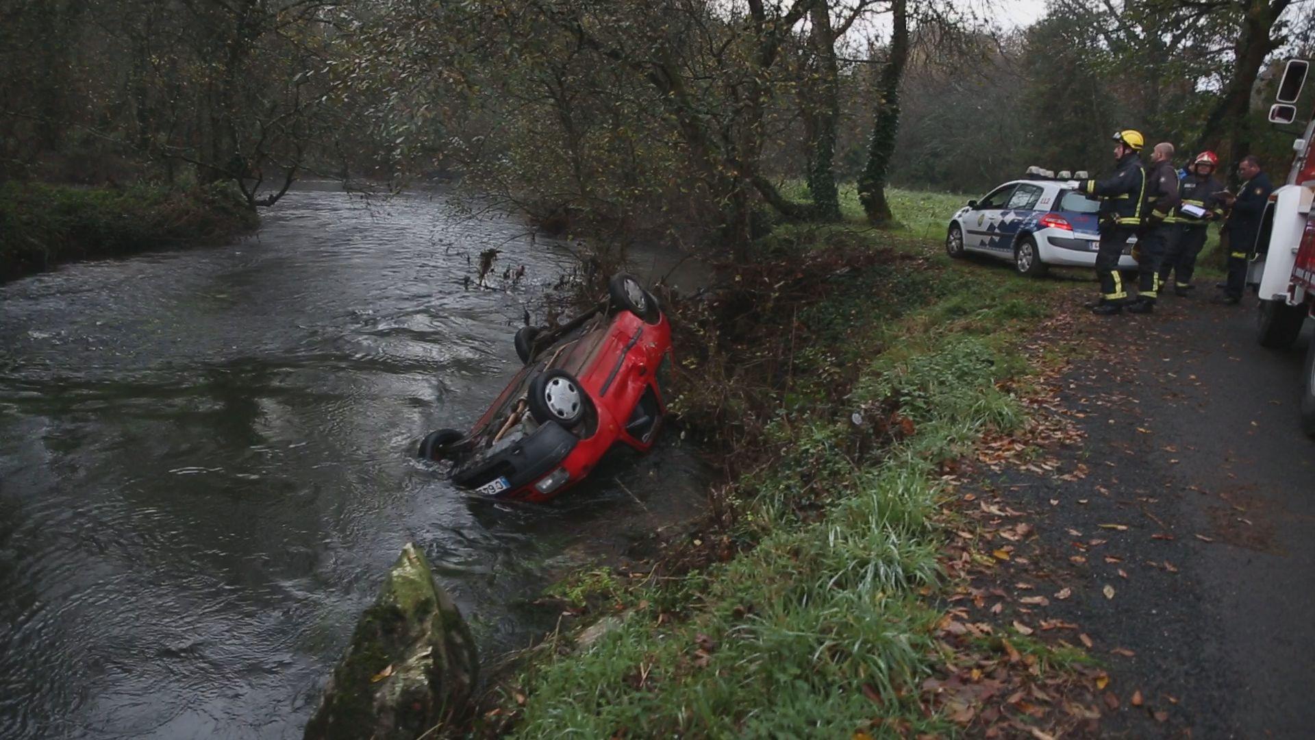 Una mujer se precipita con su coche al río Anllóns