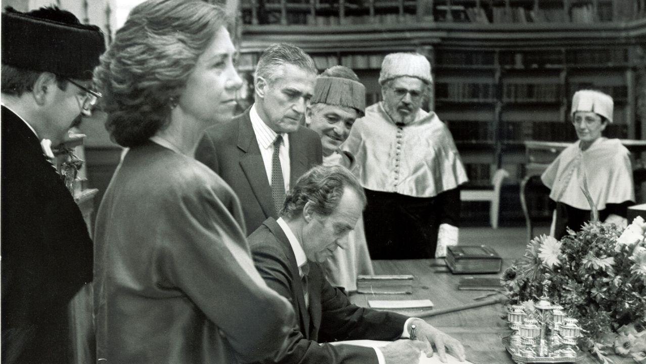 El rey firmando en el libro de honor de la USC en 1994