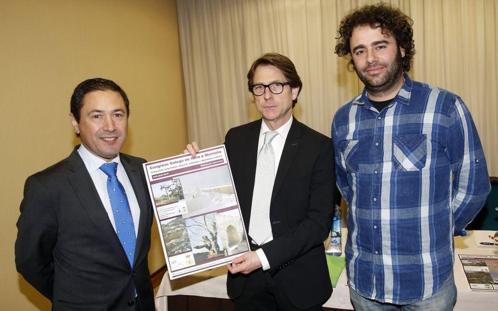 Braña, Ulloa y Rodríguez, con el cartel del congreso.